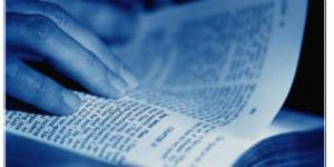 Com a Bíblia na mão