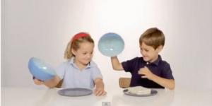 Crianças diante de um prato vazio
